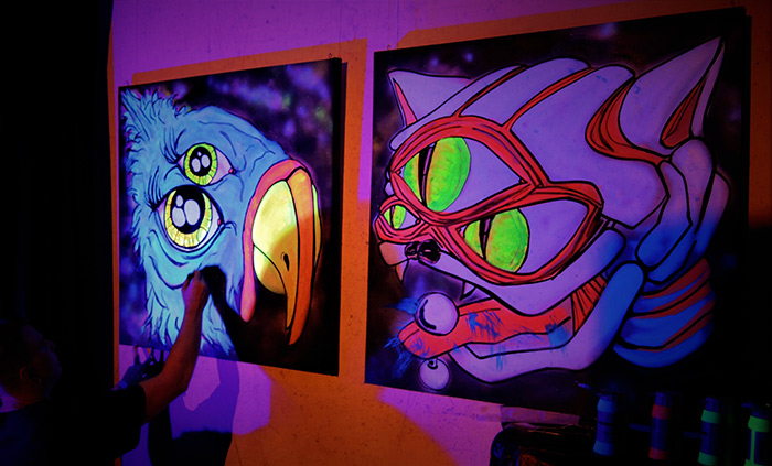 live black light artist vinni kiniki
