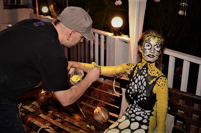 vinni kiniki body painting a mermaid