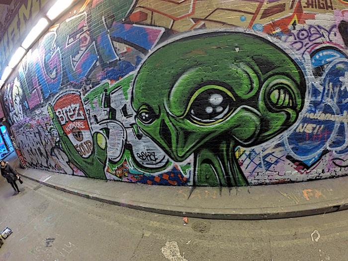 Alien head graffiti