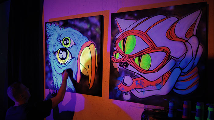 Live black light artist vinnikiniki